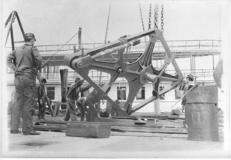 Walking beam of the steamboat Mary Powell being unshipped on deck. Donald C. Ringwald Collection, Hudson River Maritime Museum.